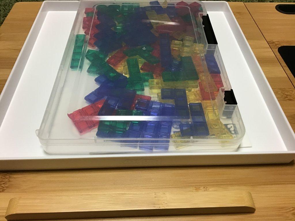 ボードのくぼみにケースを入れた画像