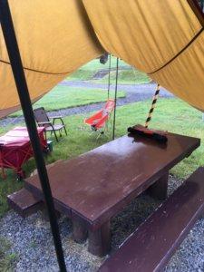 スノピ タープ バンガロー前テーブル