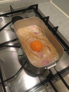 メスティンでパスタ 卵投入